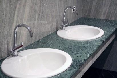 Rivestimento bagno in beola verde e verde guatemala
