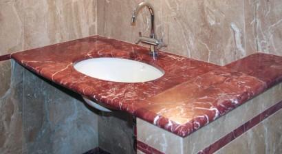 Rivestimento bagno in Rosso Alicante e Breccia Sarda