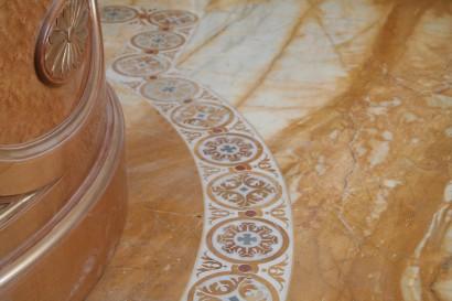 Pavimento in marmo giallo siena con decoro